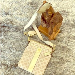 💕coach crossbody bag. Gold/beige, fuchsia lined🌸